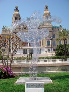 Opera din Monte Carlo si o lucrare de arta moderna reprezentand o balerina