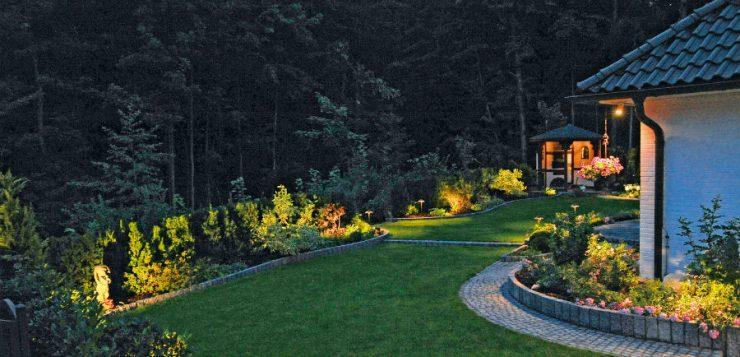 lumina în grădină