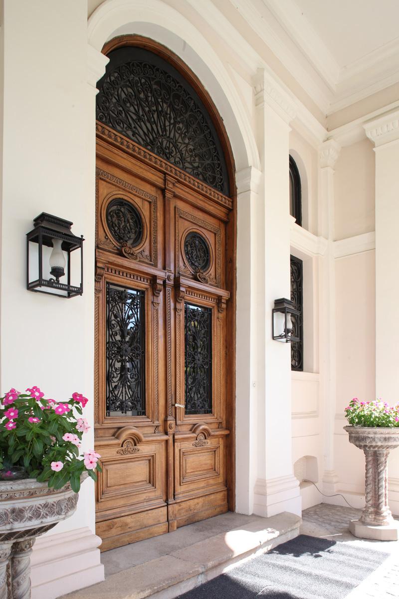 ambasada-intrare