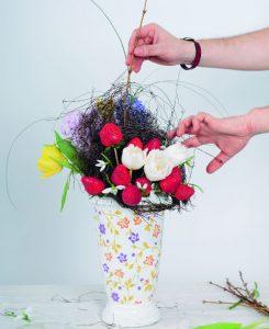 Cuib cu flori de primăvară