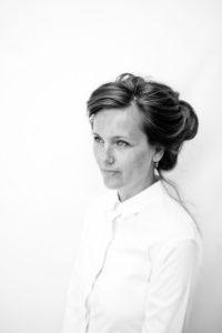 Arhitecta Eliza Yokina în bucătăria deschisă amenajată de ea