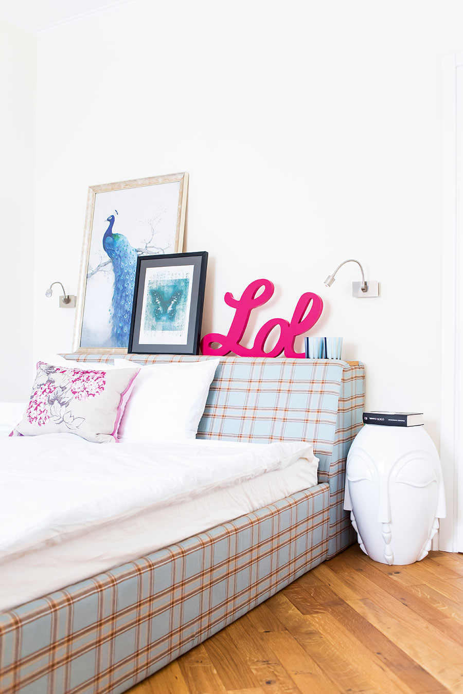 Un dormitor luminos cu accente de culoare
