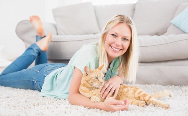 femeie-cu-pisica