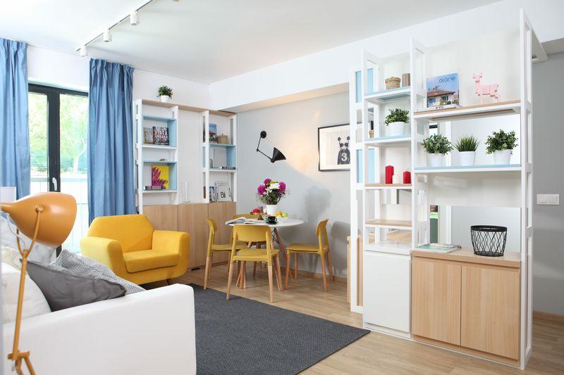 În camerele cu extindere medie ale unui apartament de bloc, designul de inspirație nordică poate face minuni. Mizează pe un fundal în culori foarte deschise, lemn în nuanțe natur și pete de culoare discrete. Foto: Sorin Iacob