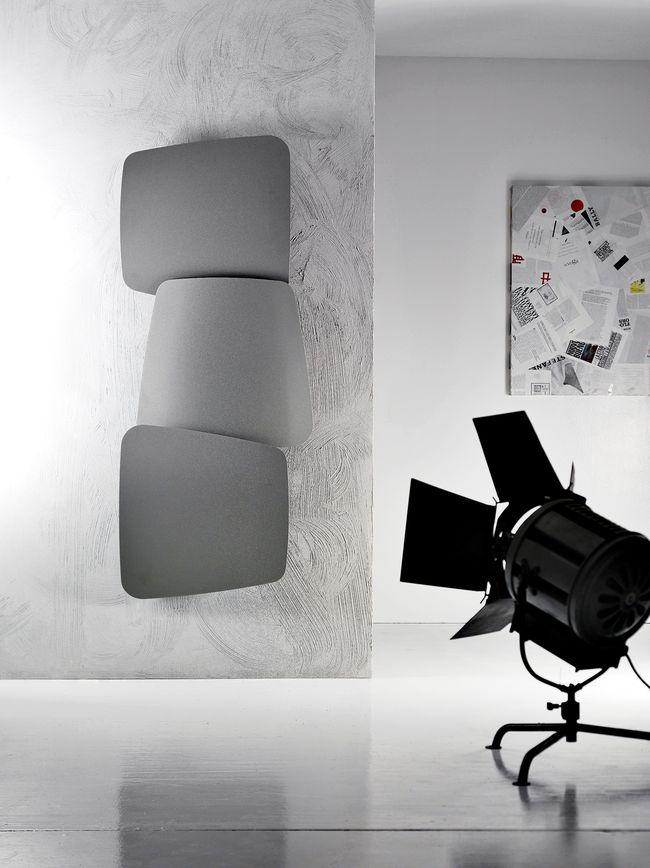 Trei panouri rotative independent compun radiatorul Scudi, brand Antrax, un model cu adevărat versatil, ce se poate poziționa orizontal sau vertical. Cele trei părți sunt realizate din oțel și sunt trapezoidale cu suprafețe curbate. L 72 x h 173 cm. De la Delta Studio. Foto: Antrax.