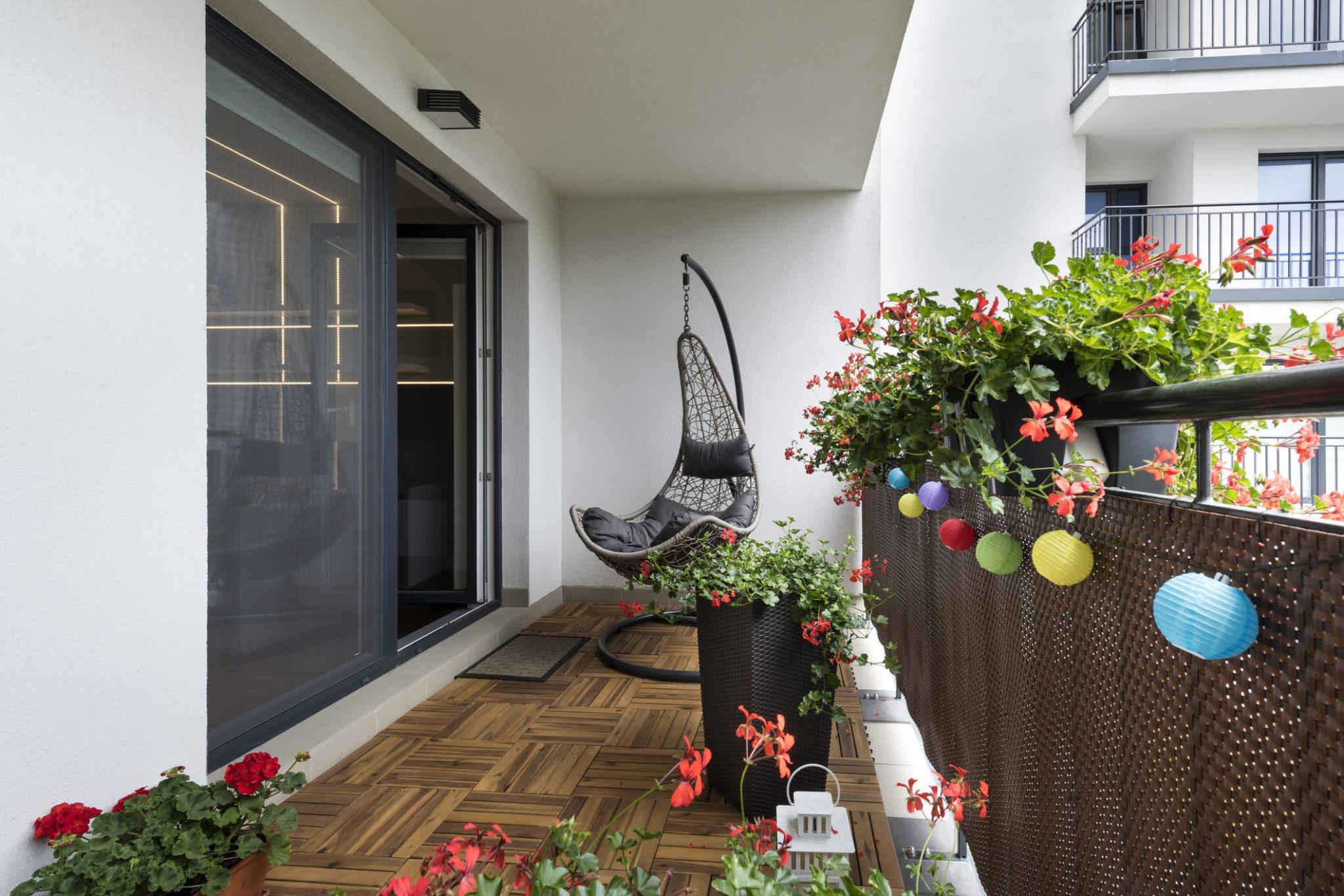 solu ii ieftine pentru nfrumuse area balconului. Black Bedroom Furniture Sets. Home Design Ideas