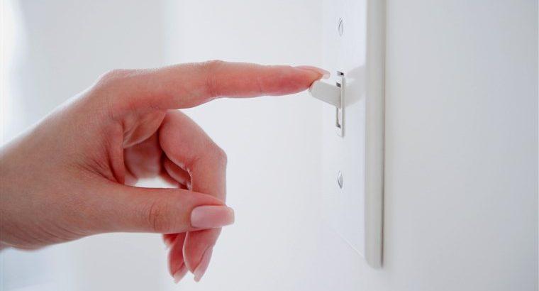 Ce întrerupătoare și comutatoare sunt folosite în instalațiile electrice?