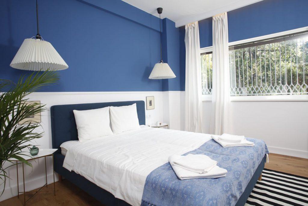 Apartament mic - dormitor alb-albastru