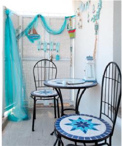 Balcon cu masă albastră
