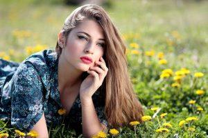 femeie în iarbă
