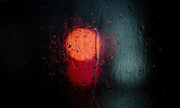 umiditatea, fereastra aburita, lumina rosie neclară, condens