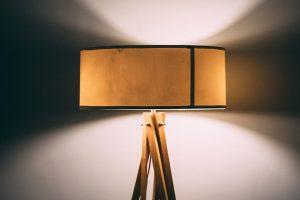 lampa cu abajur, amajul, lumina artificiala